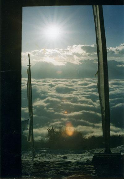 Бутан, утро в высокогорном монастыре. Внизу - небо.